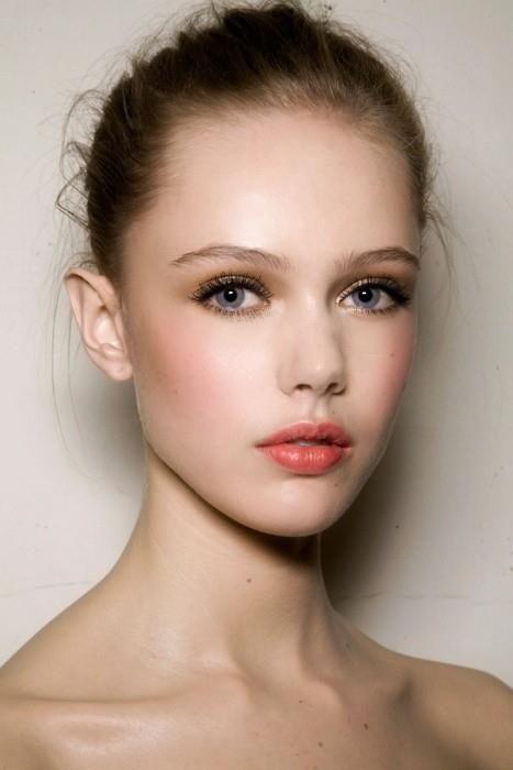 Goldener Lidschatten, Volumen Mascara, pfirsichfarbene Lippen und Wangen für ein absolut frisches Aussehen