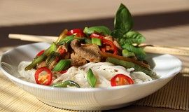 Vepřové s bazalkou a chilli vo woku