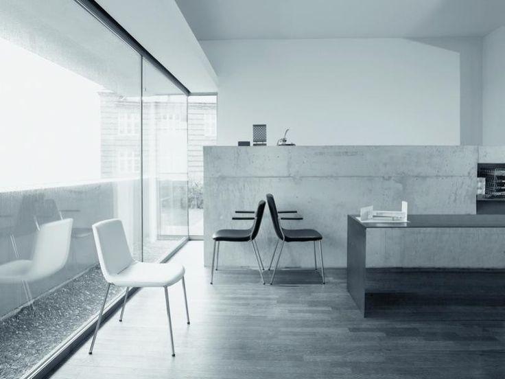De eetkamerstoel 717 uit het huis van De Sede is een mooi, strak en iel ontwerp, maar toch zeer solide geconstrueerd. Het leder is zo gespannen dat plooivorming minimaal is. Het onderstel van de stoel kan in hoogglans of parelmat verchroomd uitgevoerd worden.