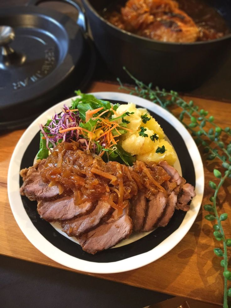 ほろほろジューシー バーミキュラで煮豚のオニオンソース by SHIMA / ほろほろジューシーな煮豚に和風の生姜と醤油ベースのタレが絡み合ってとっても美味。無水調理で仕上げるのでお肉の旨味、タマネギの甘みを引き出し、お肉もしっとりジューシーに。家族が集まる時の母の鉄板レシピをバーミキュラ無水調理で再現!我が家ではだれもが楽しみにしている料理です。 / ナディア