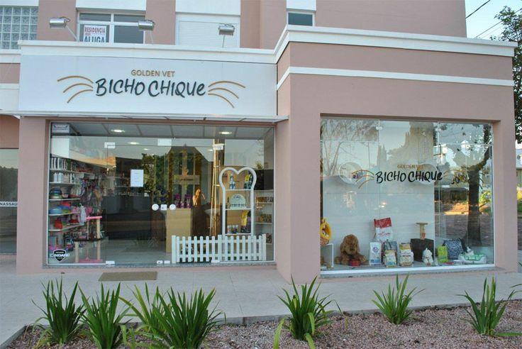 Projeto comercial desenvolvido pelo Escritorio 501 Arquitetura, para a pet shop Bicho Chique em Santa Cruz do Sul. Fachada de petshop vitrine pet shop.