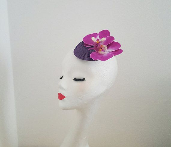 Chapeau bibi à la main Purple paille base 2 grandes orchidées pourpres 1 clip de grande