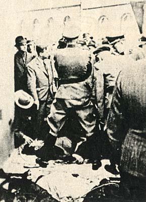 Identification of dead paratrooper Jaroslav Švarc. Figure of Karl Hermann Frank looks triumphally.