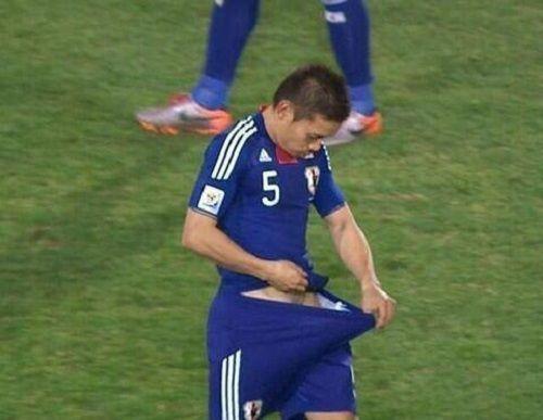 Japończyk szuka czegoś w spodenkach • Yuto Nagatomo poszukuje szczęścia w gaciach • Śmieszne zdjęcie z gwiazdą Interu • Zobacz >>