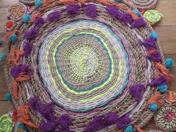 плетеный круглый коврик из веревок