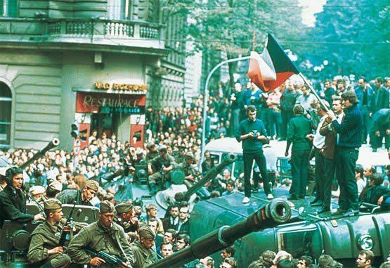 """Primavera de praga começa a 5 de Janeiro de 1968. O movimento da Primavera de Praga foi liderado por intelectuais reformistas do Partido Comunista Tcheco, interessados em promover grandes mudanças na estrutura política, econômica e social, na Tchecoslováquia. O objetivo de Dubcek era """"desestalinizar"""" o país, removendo os vestígios de despotismo e autoritarismo, que considerava aberrações no sistema socialista."""