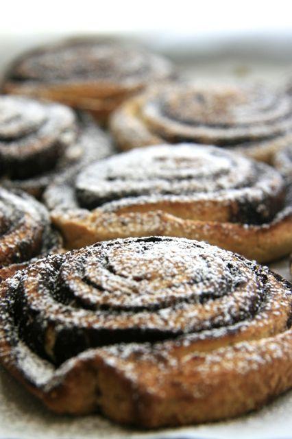 Gluténmentes kakaós csiga alternatív lisztekkel, sikérhelyettesítővel  Gluténmentes tészta:      340 g liszt:         155 g hajdinaliszt         100 g kölesliszt         70 g kukoricaliszt         15 g amarántliszt     2 lapos teáskanál psyllium (útifűmaghéj)     2 dl 1,5%-os tej     20 g friss élesztő     80 g kristálycukor     70 g margarin     1 db M-s tojás  Kakaós töltelék:      25 g kakaópor     25 g porcukor     50 g margarin