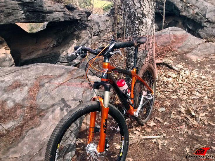 Trabalho de Pintura Especial em Bicicleta KTM nas cores preto perolizado e laranja metalizado. Criação de design exclusivo com filetamento das cores e trabalho de linhas.