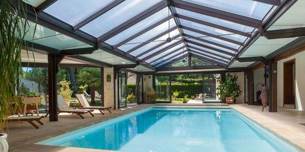 Abri de piscine toiture plate en aluminium par Grandeur Nature