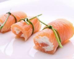 Roulé de saumon fumé à la crème de surimi (facile, rapide) - Une recette CuisineAZ