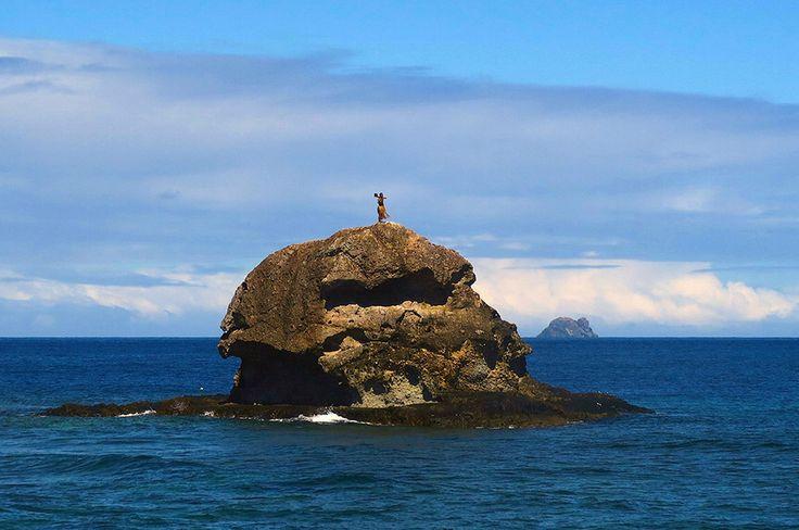 Ένας κάτοικος των νησιών Φίτζι περιπολεί με τη παραδοσιακή του φορεσιά στη κορυφή μια μικρής βραχονησίδας κοντά  στα Νησιά Yasawa  του Νοτίου Ειρηνικού