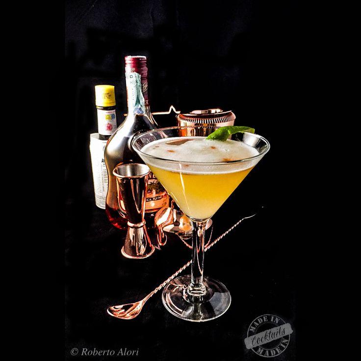 l Daiquiri è il cocktail caraibico per eccellenza, il drink più facile da realizzare, ma anche quello che ha il gusto più puro e genuino, un elisir cristallino, essenziale, di una bellezza spartana che ha pochi rivali.  La ricetta del Daiquiri è semplicissima e si basa su pochi, preziosi ingredienti: rum bianco, succo di lime (o limone) e un poco di zucchero: una massima espressione dei cocktail sour.  È difficile stabilire quando sia nato il Daiquiri come cocktail vero e proprio, visto che