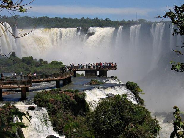 Las Cataratas De Iguazu  Queda entre Brasil y Argentina Tiene Muchos Turistas  Número de caídas: 275 Caudal: 1.756 m³/s Altura: 82 m Elevación: 195 m Mayor caída: 82 m Provincia: Provincia de Misiones