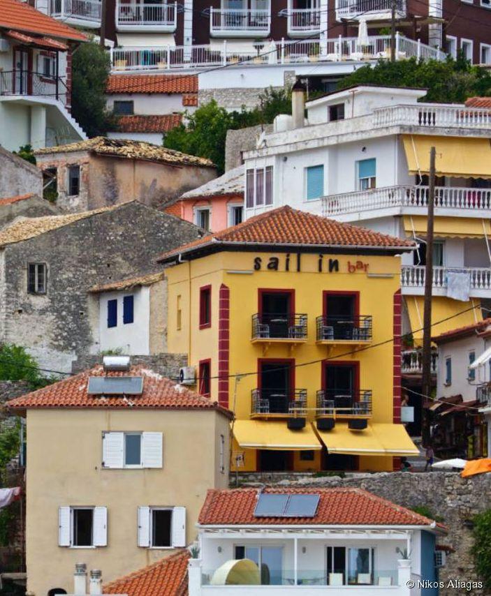 Au nord-est de la Grèce continentale, blottie entre deux criques de la mer Ionienne, la ville de Parga se prélasse à l'abri des regards.