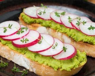 Toasts de guacamole et radis