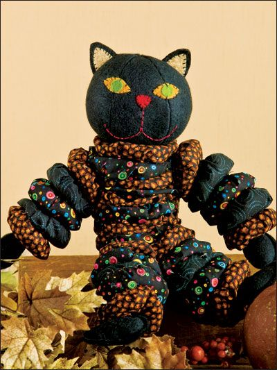 """Йо-йо Cat Техника - Лоскутное На Хэллоуин, сшить дружественный черную кошку с помощью чучела йо-йо. Эта электронная модель была впервые опубликована в Йо-Йо Лоскутное . Size:. около 14 """"высокий уровень умения: Начинающий Скачать Размер: 3 страницы (ы) ЦЕНА$ 4.99"""