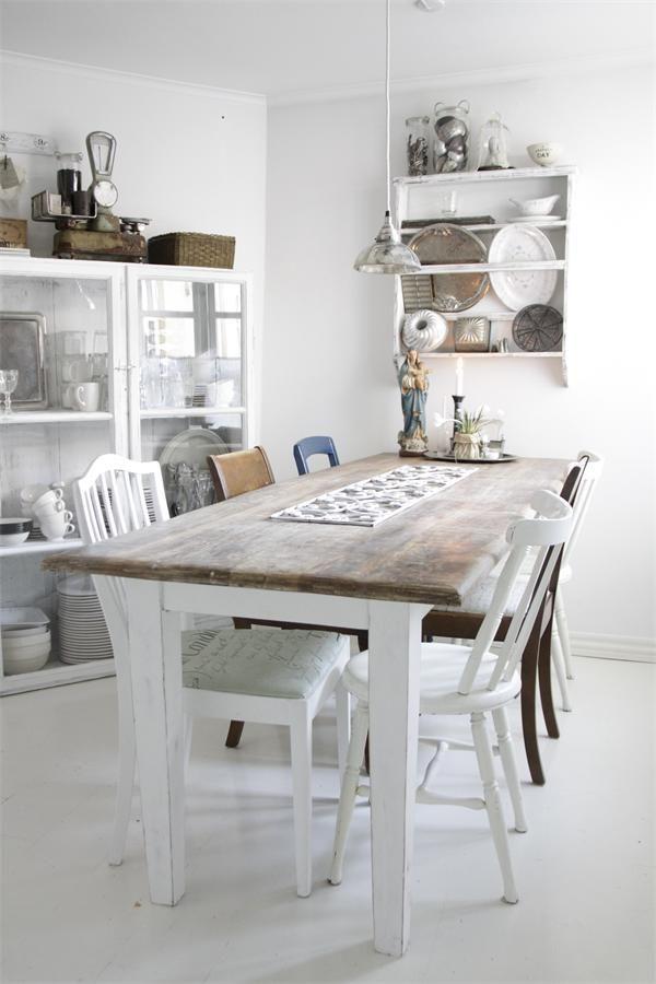 Flot lyst køkken med tallerkenrække i baggrunden/ Lunderskov Specialmøbler
