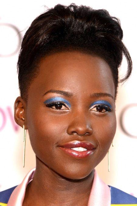 2014 Sonbahar Güzellik Trendi: Mavi Gözlü Kızlar - Kırmızı halı: Lupita Nyong'o Kat üzerine fırça darbesiyle pırıltılı mavi göz farı