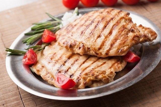 Una ricetta insolita e profumata con l'Aceto Balsamico di Mela Cotogna per marinare e rendere speciale anche un semplicissimo petto di pollo grigliato!