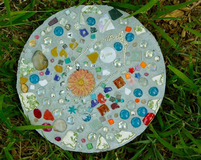 Cement Stones - and many other awesome crafts for kids - wonderful ideas!  Will be making these stones with my girls - and using things around the house that we want to keep but no place to display!