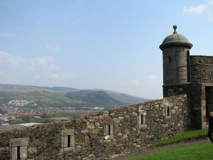 В начале XVII века в ходе испанского вторжения замок Эйлен-Донан в Шотландии был полностью разрушен, и существует легенда, что именно с тех пор по коридорам бродит призрак испанского солдата с головой в руках.