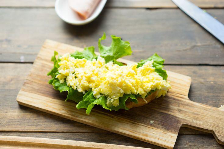 Идея завтрака: сэндвич с ветчиной и омлетом