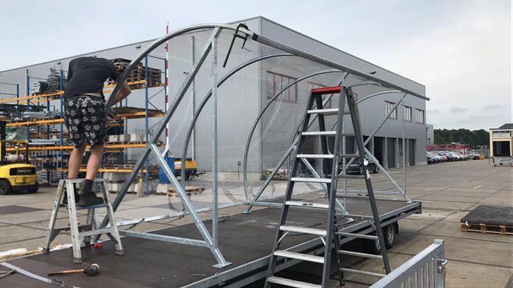 Onze BF1000 wordt op de aanhanger afgemonteerd, zodat deze fraaie fietsoverkapping met een engte van 6 meter, volledig gemonteerd naar het afleveradres getransporteerd kan worden.