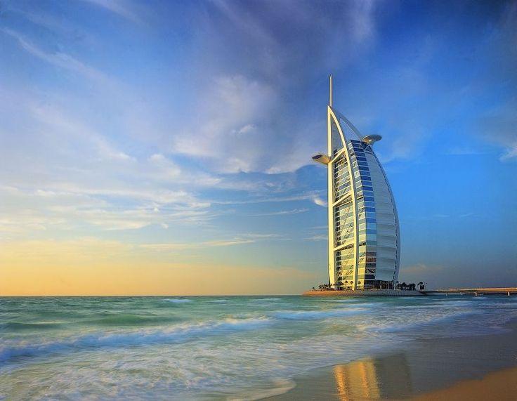 Burj Al Arab, o hotel mais luxuoso do mundo, um hotel 7 estrelas que dá um tom especial na paisagem. Fica em Jumeirah, uma praia em Dubai, nos Emirados Árabes Unidos. A praia é segura e limpa.