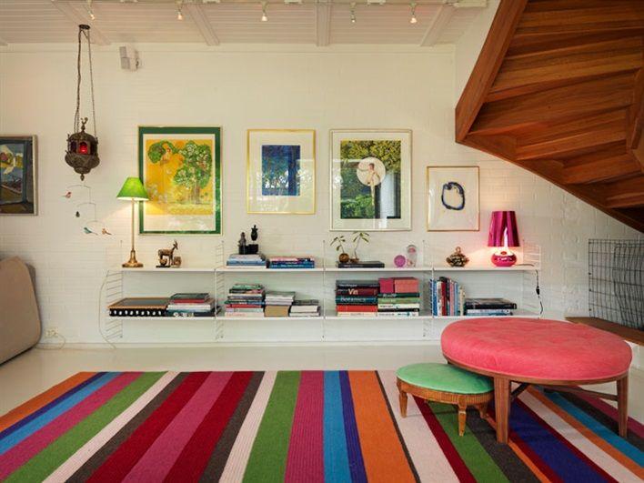 Sittpuffar i vardagsrum med randig matta
