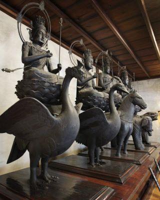 鳥獣座に乗る珍しい形式の五大虚空蔵菩薩。左から迦楼羅、孔雀、馬、象、獅子(京都市南区)