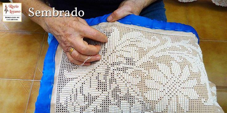 Mujer lagarterana sembrando en el proceso de bordado, típico de Lagartera