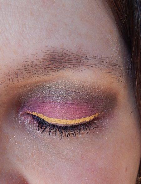 Ein gelber Lidstrich past nicht? Doch auch in dem verrückten Pink Make Up passt…