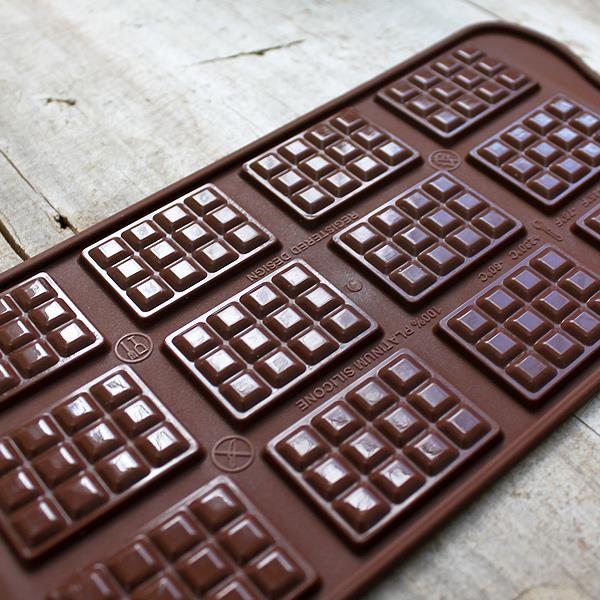Molde de silicona para hacer bombones y repostería con forma de tableta de chocolate. Sin duda una de las formas más apetitosas. Para hacer 12 tabletas mini.