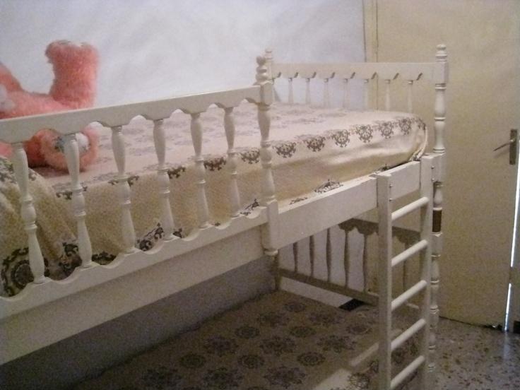 Dormitorio de literas con la puerta de acceso a la azotea al fondo.