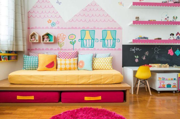 SOFIA ama brincar de casinha e cor rosa. E o projeto de seu quarto, elaborado pela FINA STAMPA com a MINI MÓBILE desenhou um espaço lúdico, com adesivo.