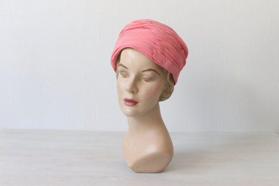1960er Jahre heiße Rosa Pillbox Turban Hut / von TheVintageMistress