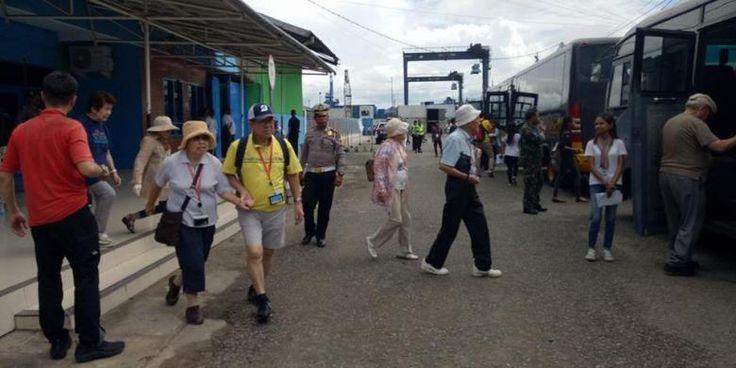 Kapal Pesiar Berbendera Jepang Singgahi Kota Ambon - http://darwinchai.com/traveling/kapal-pesiar-berbendera-jepang-singgahi-kota-ambon/
