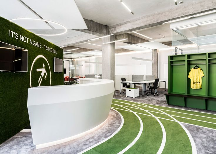 Bėgimo takelio tematika interjere.Onefootball HQ by TKEZ features turfed meeting rooms and running track