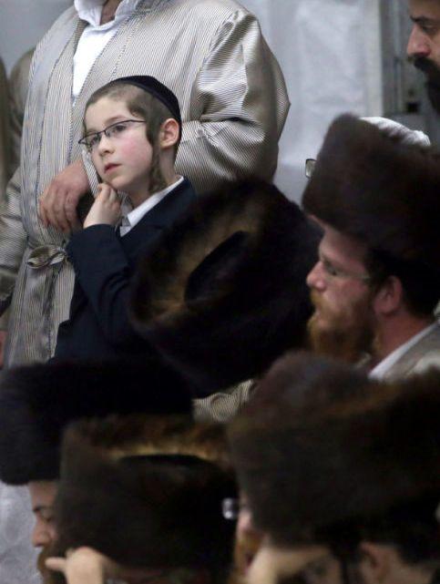 W 202. rocznicę śmierci rabina Dawida Biedermana, pierwszego cadyka chasydzkiej dynastii Lelow, ortodoksyjni Żydzi z całego świata przyjechali do Lelowa. Zgodnie z tradycją, podczas dwudniowych uroczystości przy jego grobie, chasydzi w tradycyjnych strojach czczą pamięć cadyka Biedermana modlitwą, śpiewem i tańcem.  http://www.tvn24.pl/zdjecia/zdjecie-dnia,46897,lista.html