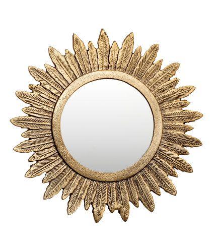 Guld. En rund spegel med ram i metall. Ramen är utformad som fjädrar. Hake bak för upphängning. Skruvar medföljer ej. Spegelns diameter ca 13,5 cm. Yttre