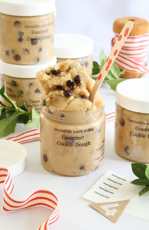 The only thing better than fresh cookies is delicious cookie dough. This toasted cookie dough jar is eggless and completely edible, so you won't have to worry about giving your kids a taste.
