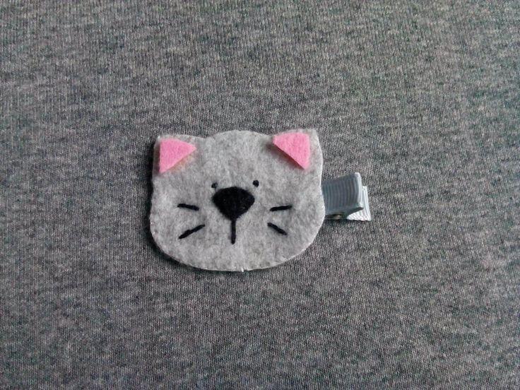 Spinka szary kotek z wąsami wykonana z filcu. Wym. 4,5x4cm, klips: krokodyl 4,5cm.