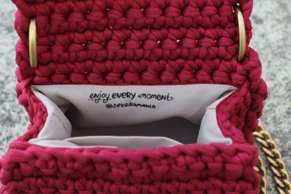 URBAN CHIQUE collectie vegan crossbody tas ღ Hand gemaakt van biologische T-shirt garen ღ Young kersen kleur   Val in de stad kunnen worden saai, eentonig en zo looong. Laat het krijgen in je ziel en inkleuren van herfst/Winter tijd met de Urban Chic collectie tassen door Sevirikamania.  Deze schoudertas flap is een aanvulling op een van de top Winter outfits 2017:  ▸ Ripped denim oversized trui + laarsjes ▸ V-neck tee, gezellige vest + merk jeans + hoed van wol ▸ Suède rok + oversized s...