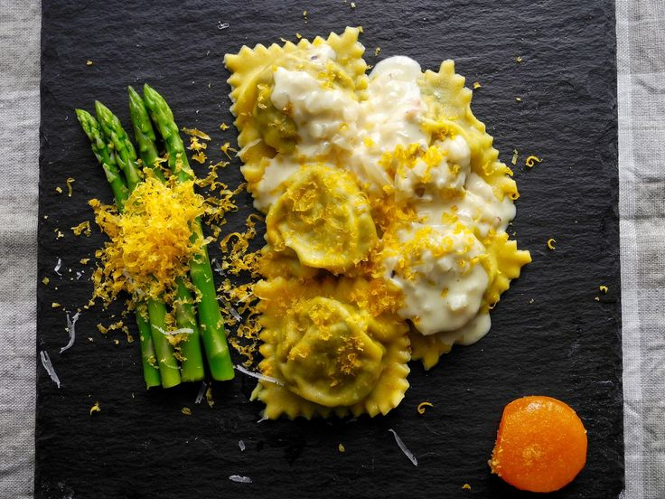 https://flic.kr/p/wX2orj | Ravioli caseiro de cogumelos e queijo de cabra com mini aspargos e gema de ovo curada no sal por 2 semanas ralada por cima no lugar do queijo ralado | Homemade Mushroom ravioli with goat cheese, mini asparagus and cured egg yolk in salt for 2 weeks grated on top instead of the grated cheese