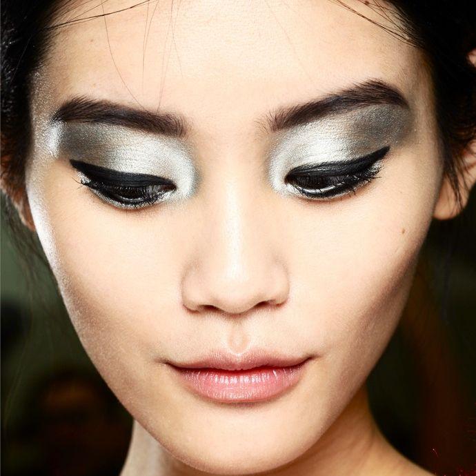 Maquillaje de ojos en plata con negro. Busca más ideas en http://mipagina.1001consejos.com/