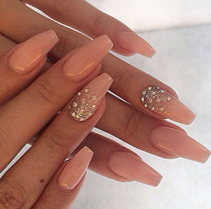 Acrylic nude nails with glitter and gems on the ring - Nageldesign beige gold ...
