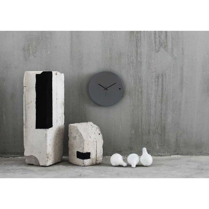Ρολόγια τοίχου της Εταιρείας xline. Wall clock tre small grey 45€
