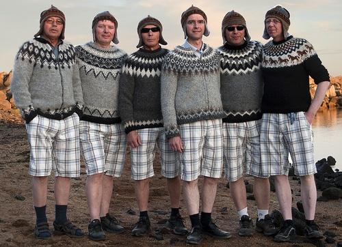 En herlig flok, så fine med ternede bermudashorts og sweater.