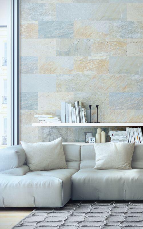 helles interieur - ledersofa grauer Teppich und Wand in schöner Steinoptik. Boden und Wände neu gestalten mit planeo.de #stonewall # vinylboden #schiefer hell