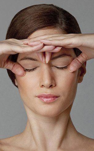 Yüz egzersizi uzmanı Carole Maggio, egzersiz ile kırışıklıklardan, boyun çizgilerinden, kaz ayaklarından kolayca korunabileceğinizi, var olanları azaltabileceğinizi belirtiyor. Maggio-ya göre günde iki kez 8 dakika bu egzersizleri yaptığınız da farkı siz de göreceksiniz. İşte o egzersizler... Göz açıcı: Göz kapaklarınızı bu şekilde yukarı ve aşağı doğru hareket ettirmeniz göz altı şişliklerini önler. Gözlerinizi daha büyük, genç ve dikkat çekici gösterir. İşaret parmaklarınızı ...